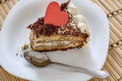 华伦泰` s天与肮脏的匙子的蛋糕特写镜头片断  免版税图库摄影