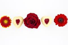 华伦泰` s天与花的心脏曲奇饼 免版税图库摄影