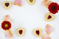 华伦泰` s天与花的心脏曲奇饼 免版税库存照片