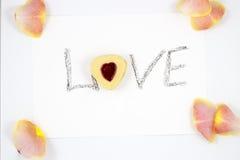 华伦泰` s天与花的心脏曲奇饼 免版税库存图片