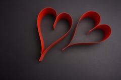华伦泰` s天两红色心脏 库存图片