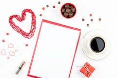 华伦泰` s天嘲笑与咖啡饮料, giftbox,在白色背景,平的位置的糖果 库存图片
