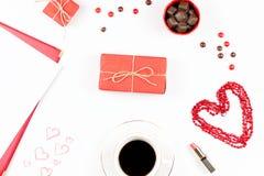 华伦泰` s天嘲笑与咖啡饮料, giftbox,在白色背景,平的位置的糖果 免版税图库摄影