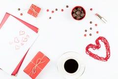华伦泰` s天嘲笑与咖啡饮料, giftbox,在白色背景,平的位置的糖果 免版税库存图片