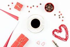 华伦泰` s天嘲笑与咖啡饮料, giftbox,在白色背景,平的位置的糖果 图库摄影