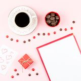华伦泰` s天嘲笑与咖啡饮料, giftbox,在粉红彩笔背景,平的位置的糖果 免版税库存照片
