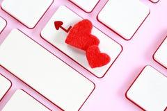 华伦泰` s天在桃红色键盘的心脏形状 库存图片