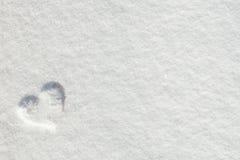 华伦泰` s天在雪的爱心脏 免版税库存照片
