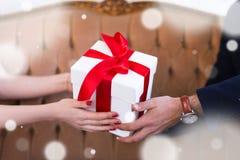 华伦泰` s天或圣诞节概念-在男性和fema的礼物盒 免版税库存照片
