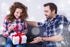 华伦泰` s天或圣诞节概念-妇女从h的开头礼物 免版税库存照片