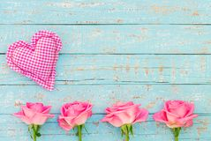 华伦泰` s天或母亲` s与心脏和桃红色玫瑰的天背景 免版税库存图片