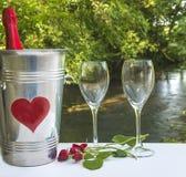 华伦泰` s天或浪漫晚餐概念/瓶香槟我 免版税库存图片