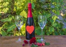 华伦泰` s天或浪漫集合点概念/瓶champag 免版税库存图片