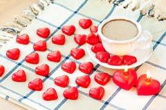 华伦泰` s天杯子与许多的巧克力饮料心形的加州 免版税库存照片