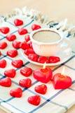 华伦泰` s天杯子与许多的巧克力饮料心形的加州 库存图片