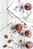 华伦泰` s天杯形蛋糕木背景顶视图的概念 免版税库存图片