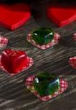 华伦泰` s天的庆祝的装饰项目 木头、玻璃、纸和巧克力心脏 免版税库存图片