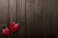 华伦泰` s天的概念 在黑暗的木backgro的柳条心脏 库存图片