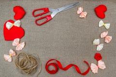 华伦泰` s天红色心脏标志,在sackclo的浪漫背景 库存图片