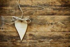 华伦泰` s天胶合板在绳索的心脏hangind 免版税图库摄影