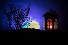 华伦泰` s天装饰概念 浪漫场面 大灯笼当有上升的月亮的恋人房子在夜装饰背景 有选择性的f 免版税图库摄影
