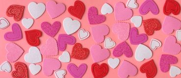 华伦泰` s天装饰 在桃红色背景的许多心脏 库存图片