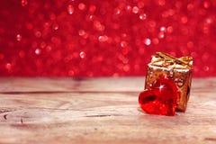 华伦泰` s天,与心脏,礼物盒的假日背景 免版税库存图片