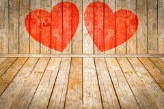 华伦泰` s天,在木室绘的红色心脏 库存照片