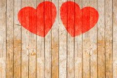 华伦泰` s天,在木背景绘的红色心脏 库存图片