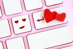 华伦泰` s天,在桃红色键盘的心脏形状 库存图片