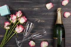 华伦泰` s天,妇女` s天,香槟,花束,猩红色玫瑰,黑色,木背景,母亲` s天,婚礼之日,生日 免版税库存图片