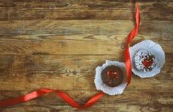 华伦泰` s天,甜酥皮点心,心脏,猩红色丝绸丝带 免版税库存照片