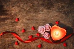 华伦泰` s天,黑暗的背景蜡烛心脏,猩红色丝带 免版税库存图片