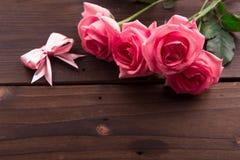 华伦泰` s天:白色空的纸牌和玫瑰花瓣 库存照片