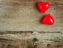 华伦泰` s天-在木背景的红色心脏 免版税库存图片