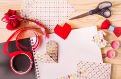 华伦泰` s天origami集合 colorfulpaper心脏和scetchbookon木背景 库存照片