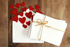 华伦泰` s情书的空白的信封,与心脏塑造 库存图片