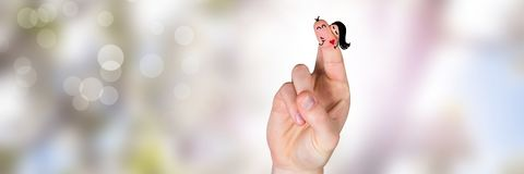 华伦泰` s手指爱夫妇和明亮的自然 库存图片