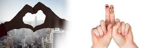 华伦泰` s手指爱夫妇并且爱在城市的心脏 库存照片