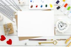 华伦泰` s日概念 与心形的闹钟的白纸板料, 红色心脏和不同的铅笔和油漆 免版税图库摄影