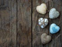 华伦泰` s日概念 五颜六色的手工制造心脏的构成在木背景的 刺绣用品 复制空间 免版税库存图片