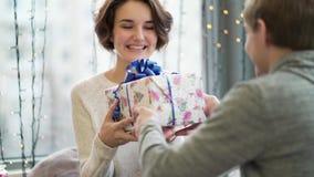 华伦泰` s日概念 庆祝华伦泰` s天的一对爱恋的夫妇在餐馆 恋人互相给礼物 股票录像