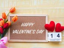 华伦泰` s日背景 红心,2月14日木日历,在木背景的花 免版税库存图片