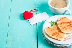 华伦泰` s早餐用薄煎饼 库存照片