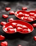 华伦泰` s点心,以心脏的形式巧克力在黑背景 免版税库存图片
