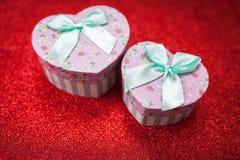 华伦泰` s第二个一半的天礼物,一张浪漫照片,一个箱子心形,精采在红色背景,背景, 库存照片
