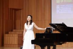 华侨大学弹钢琴的老师yangxiting 免版税图库摄影