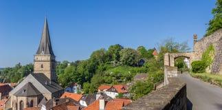 华宝教会和城市墙壁的全景  图库摄影