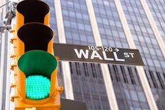 华尔街符号和红绿灯,纽约 免版税库存图片