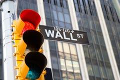 华尔街符号和红色红绿灯,纽约 免版税图库摄影